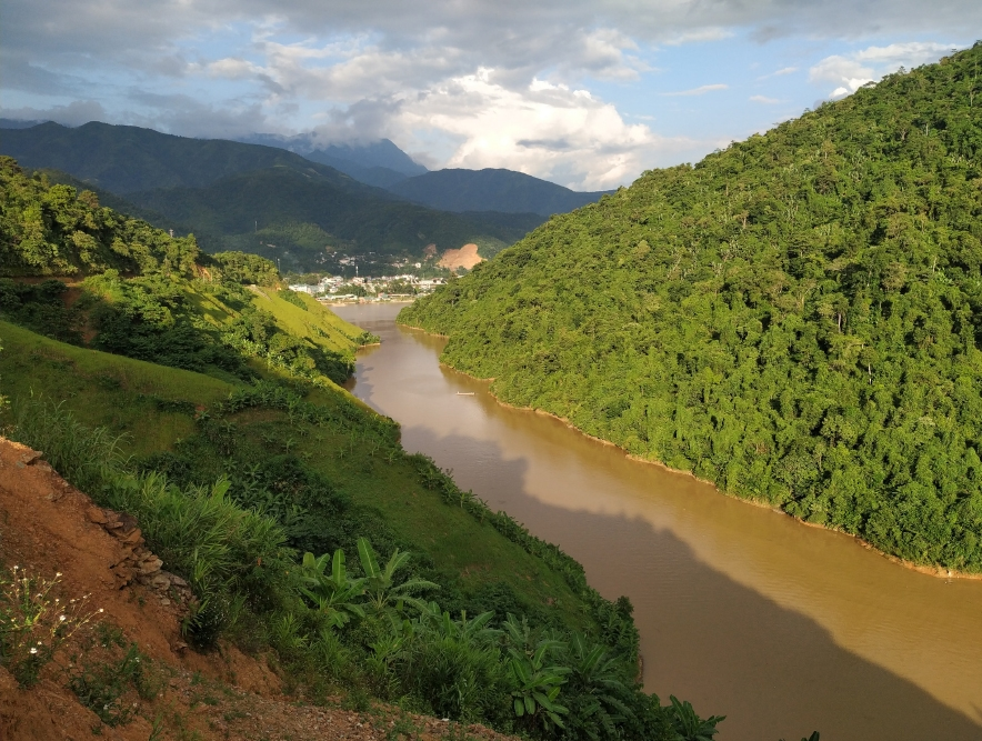 River Da which waters are backed up with Lai Chau dam (photo: G. Lizurek)
